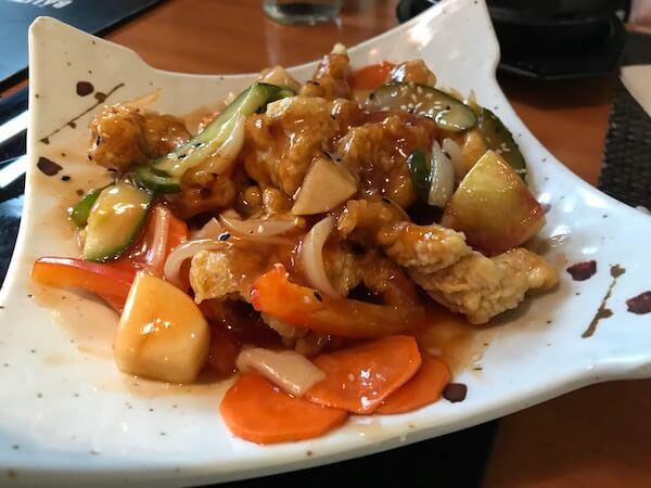 cele mai bune locuri cu mancare din Bucuresti restaurant seoul Pui pane preparat cu legume în sos dulce-acrișor Tangsuyk